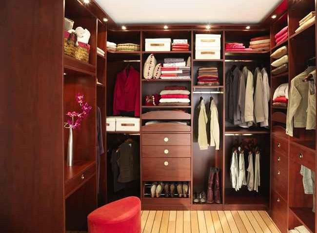 Как лучше обустроить гардеробную комнату